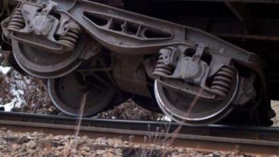 Ciocnire cu trenul la Țicău; șoferul a scăpat cu viață, dar mașina sa a provocat deraierea locomotivei
