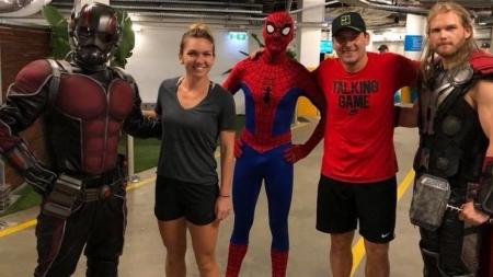 Super Halep s-a întâlnit cu super eroi înainte de debutul la Australian Open