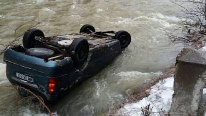 Soț și soție s-au răsturnat cu mașina în râul rece ca gheața