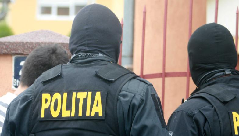 Percheziții la domiciliul unor maramureșeni suspectați că vindeau droguri pe internet