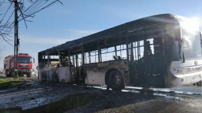 Autobuzul a ars, călătorii au scăpat nevătămați