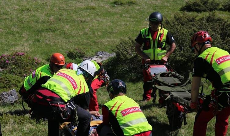 Acțiune cu elicopterul pentru salvarea unor alpiniști dintr-o zonă montană greu accesibilă