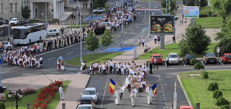 """""""Uniţi, spre Sfânta Treime"""", genericul sub care a avut loc procesiunea de Rusalii (GALERIE FOTO)"""