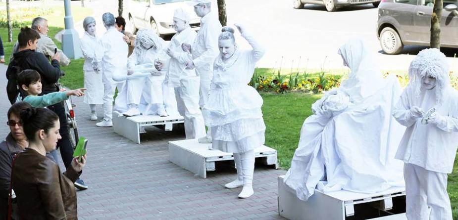 O oră de taifas cu statuile vii