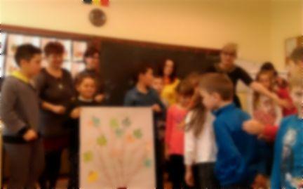 Zeci de copii cu părinți plecați în străinătate, ajutați, printr-un proiect, să treacă peste problemele lor