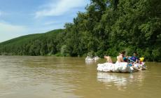 Navigare pe Someș cu plute confecționate din pet-uri