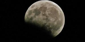 Eclipsa totală de lună a secolului  21 va avea maximul astăzi, la orele 23.21 (VIDEO)