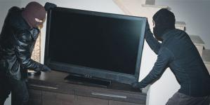 Bunuri în valoare de 14.000 euro furate din două locuințe