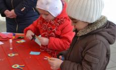 Copiii învață să confecționeze cocarde și obiecte croșetate