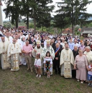 A fost târnosită biserica seculară din Cerneşti (GALERIE FOTO)