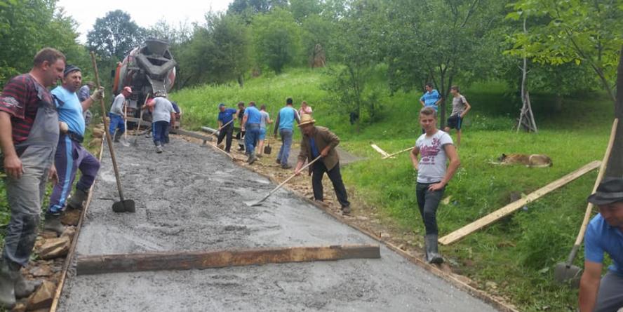 Exasperați de orgoliile sterile ale consilierilor locali, și-au făcut singuri un drum betonat (GALERIE FOTO)