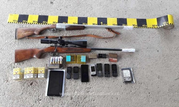 Percheziții domiciliare la contrabandiști, în urma cărora s-au găsit nu doar țigări, ci și arme