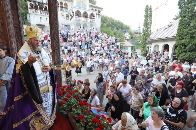 Episcopul Iustin, la Rohia (GALERIE FOTO)