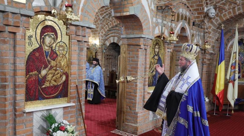 """Episcopul Iustin a oficiat slujba Paraclisului Maicii Domnului la Catedrala """"Sfânta Treime"""" (GALERIE FOTO)"""