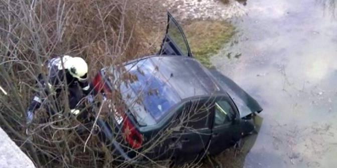 Doi tineri reținuți pentru 24 de ore: unul a avariat intenționat mașina poliției,  celălalt a tâlhărit