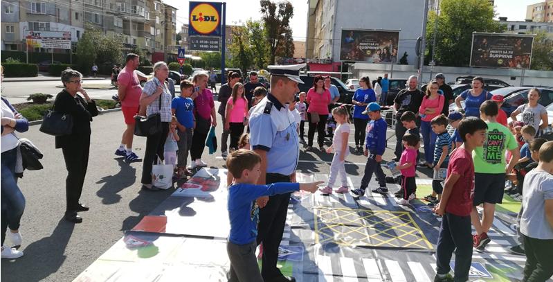 Părinții  la cumpărături în magazin, copiii la lecții rutiere în parcare