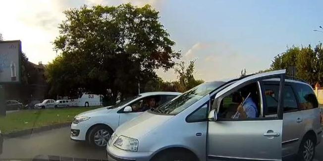 Șofer arestat fiindcă a sărit cu sabia la o colegă din trafic