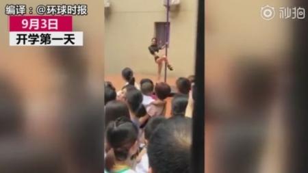 Serbare pentru copiii de la o grădiniță cu… o dansatoare la bară (VIDEO)