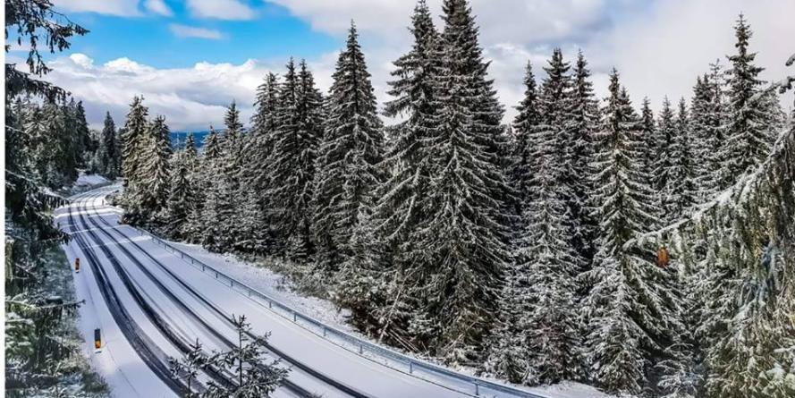 Vremea sub semnul cifrei 2: strat de zăpadă  de 2 cm la vf. Iezer, – 2  ͦ C la Târgu Lăpuș