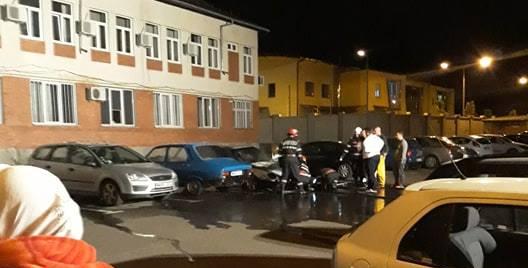 Un autoturism a luat foc într-o parcare plină de mașini (VIDEO)