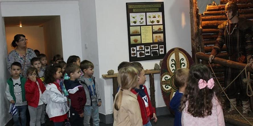 Copii la Muzeul (Viu) de Istorie și Arheologie (GALERIE FOTO)
