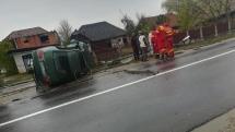 Accident la Săcălășeni – o mașină a intrat într-un stâlp de electricitate, pe care l-a rupt (GALERIE FOTO)