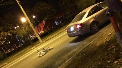 Biciclist lovit de mașină