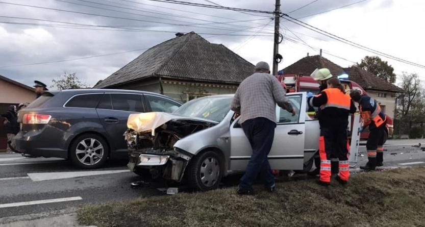 Accident în Satulung cu două persoane încarcerate