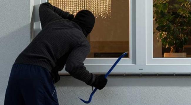 Furturi în serie, până ce hoțul a fost surprins de proprietar și prins de polițiști