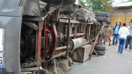 Mașină răsturnată după ce a lovit frontal un copac din Ocna Șugatag