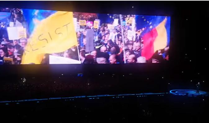 Imagine de la un protest din România într-un montaj ce apare în concertele celebrei trupe U2