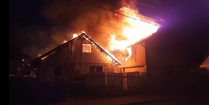 Incendiu la două imobile vecine din Baia Mare