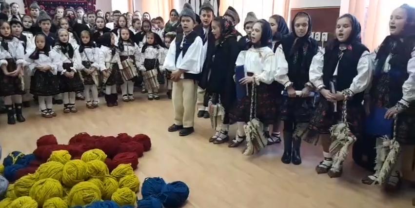Gest inedit de Centenar: artista populară Maria Zapca a pus la dispoziția copiilor lână tricolor