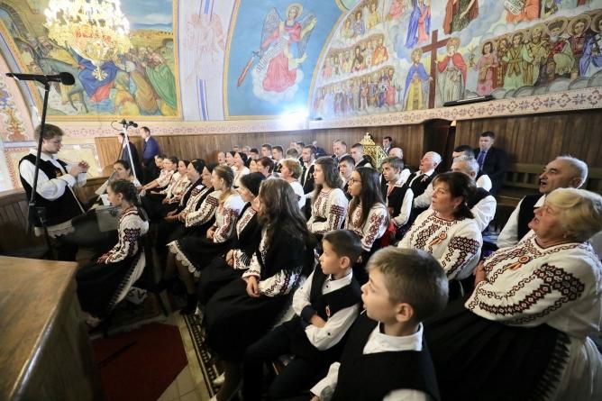 """Episcopul Iustin, impresionat de Corul """"Buciumenii Chioarului"""" (GALERIE FOTO)"""