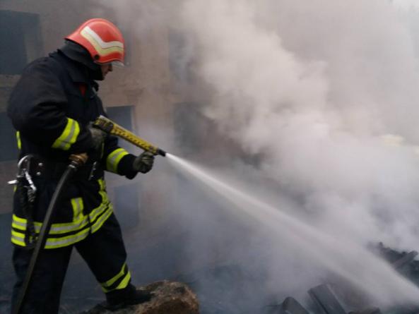 Incendiu în care au ars 35 de tone de deșeuri menajere