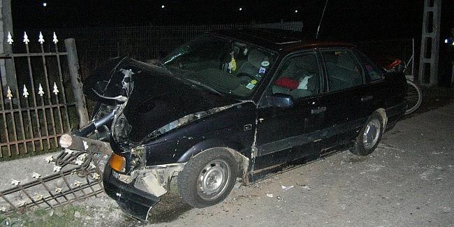 A blocat traficul, după ce a lovit cu mașina o bordură, două indicatoare rutiere și un stâlp