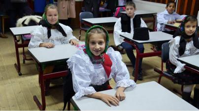Început bun: în două școli maramureșene se studiază folclorul ca materie opțională (GALERIE FOTO)