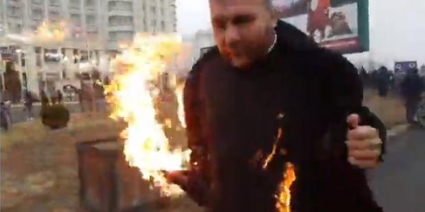 Un preot și-a dat foc în timpul sfințirii Catedralei Naționale