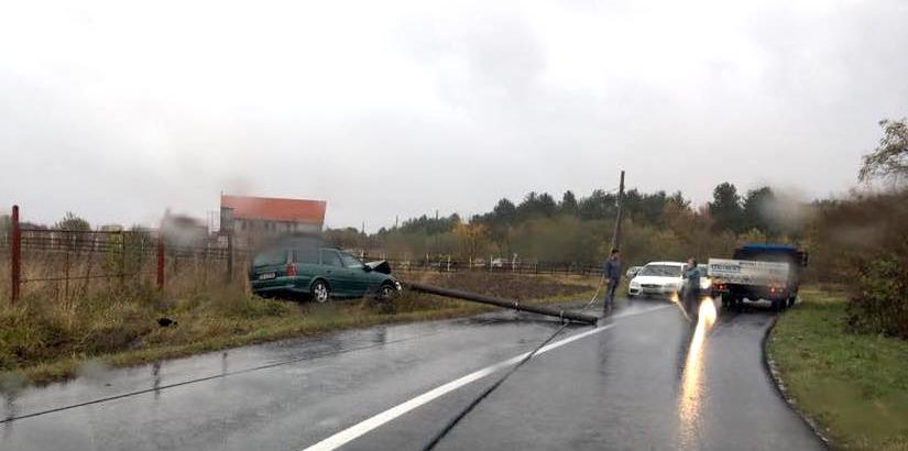 A doborât stâlpul pe carosabil, blocând traficul pe DN 18
