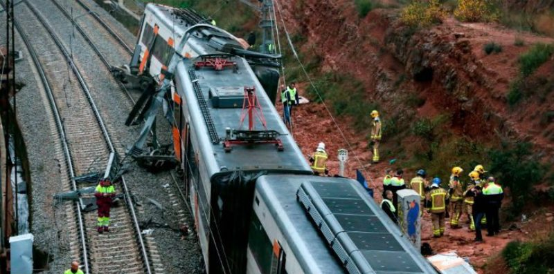 Un tren cu 133 de navetiști  a deraiat  marți dimineață