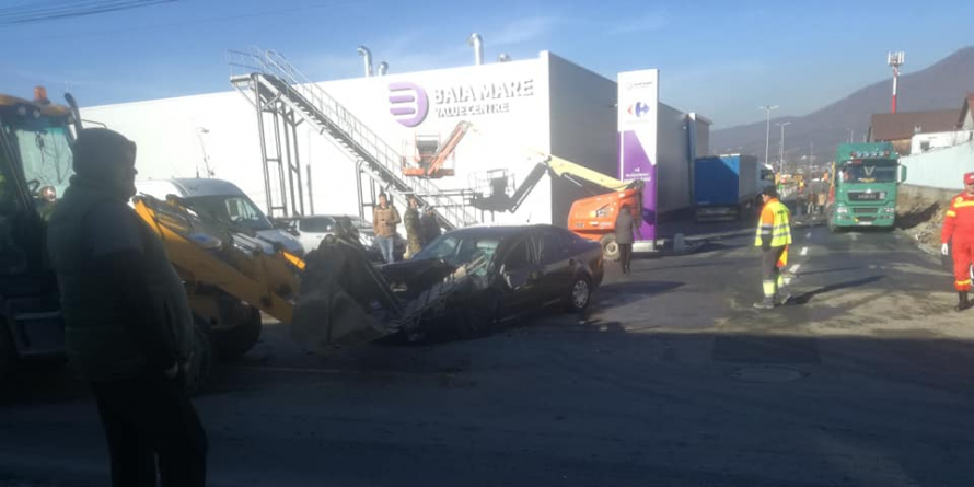 Ciocnire dezechilibrată: buldoexcavator cu lamă versus autoturism (GALERIE FOTO)