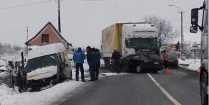 Un bărbat a murit după ce mașina în care se afla a intrat într-un tir