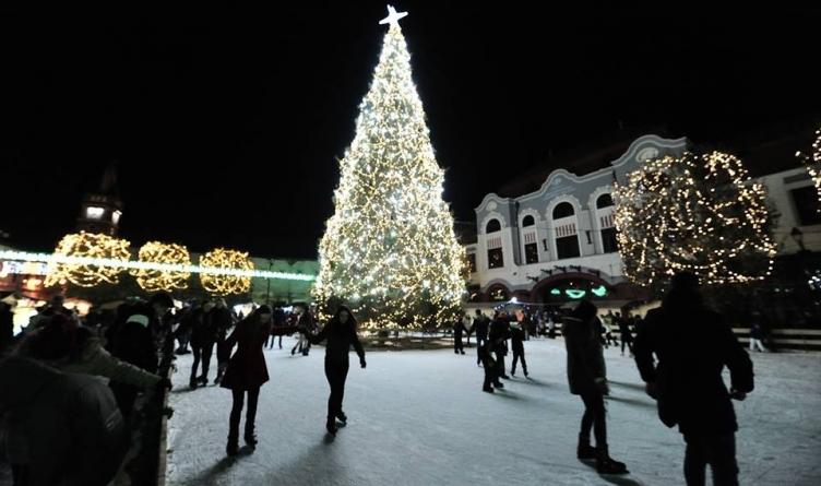 În ajun de Moș Nicolae se dă startul pentru iluminatul ornamental stradal și se aprind becurile în bradul de Crăciun