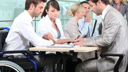 Toate persoanele cu dizabilități, prezente la bursa locurilor de muncă dedicată lor, au fost selectate în vederea angajării
