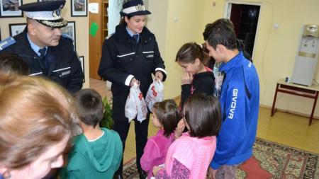 Moș Nicolae adus de jandarmi la o casă de copii