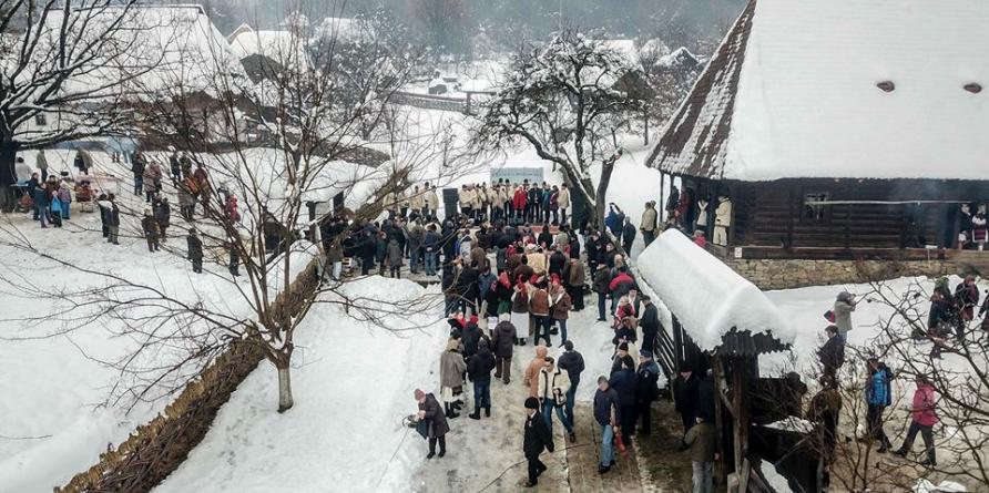 """Ploaie în luna lu' decembre, la """"Crăciun în Maramureș""""(GALERIE FOTO)"""