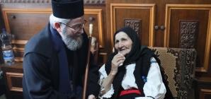 Episcopul Iustin, în vizită la doi bătrâni de 100 de ani (GALERIE FOTO)