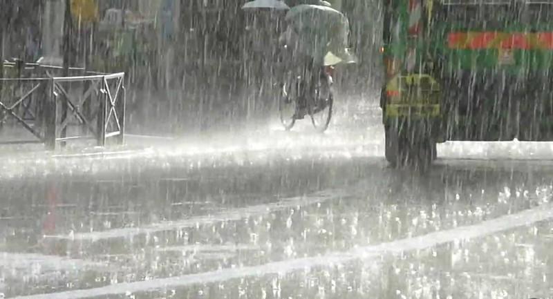 Continuă să cadă precipitaţii sub formă de ploaie şi lapoviţă