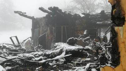 S-au deschis conturi pentru ajutorarea familiei din Moisei, rămasă sub cerul liber după ce i-a ars casa (GALERIE FOTO)