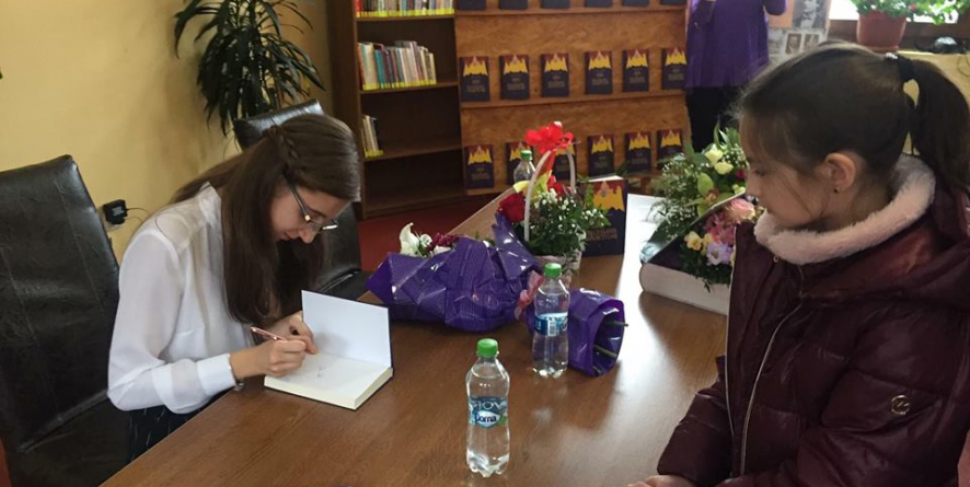 La 13 ani, o scriitoare și-a lansat prima ei carte în Moisei (VIDEO și GALERIE FOTO)